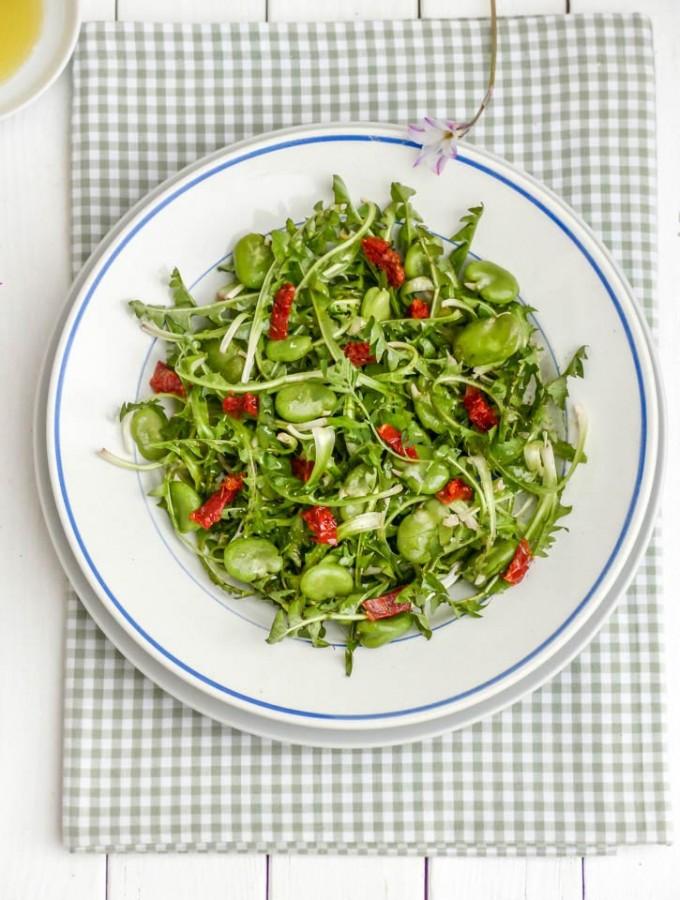Salade de pissenlits aux fèves et tomates séchées