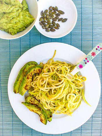 Spaghetti de courgettes l 39 avocat po l et sauce cr meuse - Comment cuisiner une courgette spaghetti ...